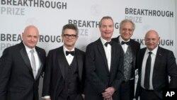 از چپ: اسکات کلی فضانورد، اندرو استرومینگر، یوزف پولچینسکی، و کامران وفا فیزیکدان، و مارک کلی فضانورد
