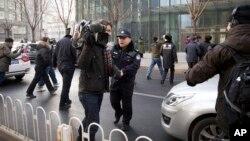 中國政府加大對外國記者的壓制。圖為2014年1月26日,警察阻止在北京的外國記者採訪受審的法律維權人士許志永的辯護律師張慶方。