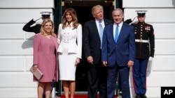 美国总统川普和第一夫人梅拉尼亚在白宫迎接到访的以色列总理内塔尼亚胡和夫人萨拉。(2017年2月15日)