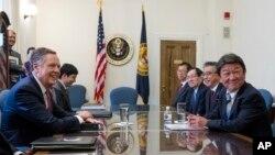 로버트 라이트하이저 미 무역대표부(USTR) 대표(왼쪽 )와 모테기 도시미쓰 일본 경제재정상이 9일 워싱턴에서 만나 통상 관련 회담을 했다.