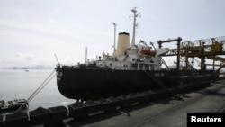 Tàu Hong Ji của Trung Quốc tại cảng than Cửa Ông ở thị xã Cẩm Phả, Quảng Ninh, Việt Nam