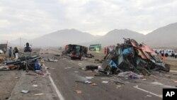 Les décombres des véhicules accidentés jonchent une route côtière en Huarmey, Pérou, 23 mars 2015. (AP Photo / Magali Estrada)