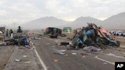 秘鲁大巴车和车相撞