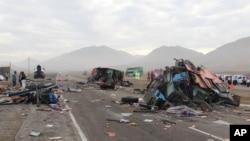 Escombros del choque vehicular la carretera costera en Huarmey, Perú, el lunes, 23 de marzo de 2015.