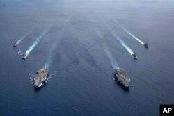 Kapal USS Ronald Reagan (CVN 76) dan USS Nimitz (CVN 68) Carrier Strike Group sedang dalam formasi, di Laut China Selatan, Senin, 6 Juli 2020. (Foto: AP)