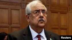 پاکستان کے اٹارنی جنرل انور منصور خان۔ فائل فوٹو