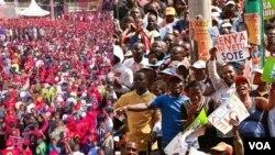 Wafuasi wa chama cha Jubilee (kushoto) na wale wa muungano wa NASA wanahuduria mikutano ya mwisho ya kampeni zao katika uwanja wa Afraha, Nakuru, na Uhuru Park, Nairobi siku ya Jumamosi.