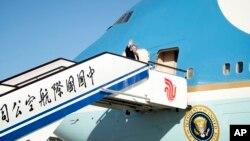 Tổng thống Donald Trump lên chuyên cơ Air Force One tại Sân bay Bắc Kinh ở Bắc Kinh, Trung Quốc, ngày 10 tháng 11, 2017