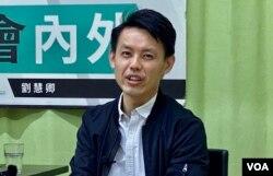 香港民主党主席罗健熙表示,警方1-06国安法大搜捕不会影响该党的路线,如果今年9月有立法会选举,民主党约有15名党员包括他自己愿意参选 (美国之音/汤慧芸)