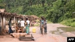 Quelques personnes dans un village dans la province du Kwilu, RDC, 20 avril 2017.