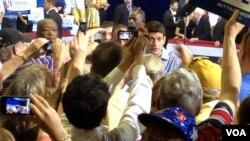 共和党副总统候选人保罗.瑞安在维州造势会后与支持者握手