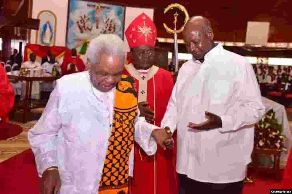 Mama Maria Nyerere na Rais Yoweri Museveni katika kanisa Katoliki- Namugongo, Uganda.