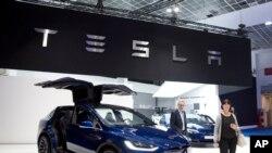 资料照:布鲁塞尔车展开幕,一对夫妇走在新款特斯拉Model X旁边。(2019年1月18日)