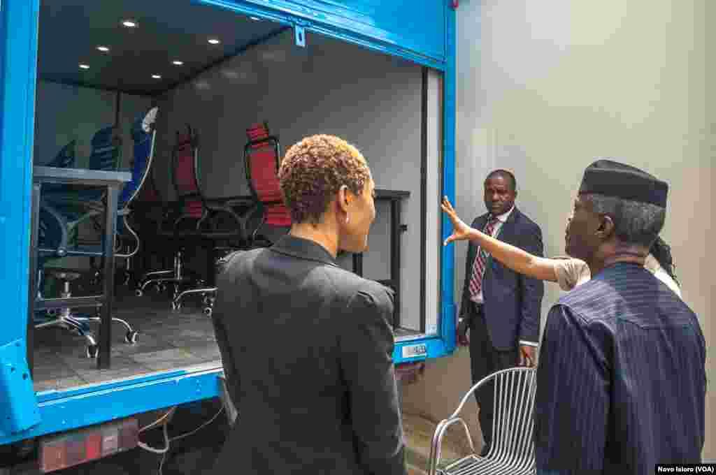 Mataimakin shugaban kasar Najeriya, Yemi Osinbajo, yayin ziyarar da ya kai cibiyar binciken kimiyya da fasaha a Abuja. Afrilu, 4, 2018