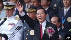 资料照片:时任台湾总统陈水扁在台北总统府前发表双十节演说。(2004年10月10日)