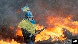 Kiev'de polisle çatışan hükümet karşıtı bir gösterici