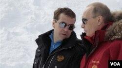 El presidente Dimitri Medvedev (i), y el primer ministro Vladimir Putin (d), aún visto como la máxima autoridad en Rusia.