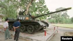 游客在越南胡志明市参观苏联时期的坦克