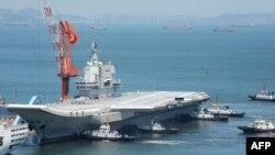 Tàu sân bay đầu tiên do Trung Quốc chế tạo trong nước có tên là Sơn Đông (Shandong) đã được chuyển giao cho hải quân hôm 17/12.