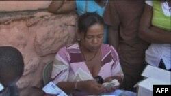 Văn phòng Chính phủ tràn ngập người xin chứng minh thư để tham gia bầu cử