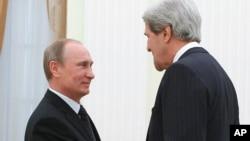Ngoại trưởng Hoa Kỳ John Kerry và Tổng thống Nga Vladimir Putin tại điện Kremli, Moscow, Nga, 7/5/13