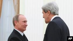 俄罗斯总统普京(左)与美国国务卿克里5月7日在克里姆林宫