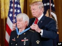 도널드 트럼프(오른쪽) 대통령이 31일 백악관에서 베트남전 참전병사 짐 매클루언에게 명예대훈장을 수여하고 있다.