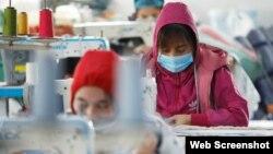 Công nhân tại một xưởng may ở Hà Nội, 8/1/2021.