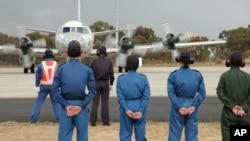 ພວກພະນັກງານພາກພື້ນດິນ ຢືນເບິ່ງ ຂະນະທີ່ ເຮືອບິນຍີ່ປຸ່ນ P-3C Orion ກຳລັງ ແລ່ນໄປຕາມເສັ້ນທາງເດີ່ນບິນ ຢູ່ຖານທັບອາກາດ RAAF Base Pearce ເພື່ອຕຽມຈະບິນຂຶ້ນໄປຊອກຫາ ເຮືອບິນໂດຍສານ ມາເລເຊຍ ຖ້ຽວບິນ MH370 ທີ່ຫາຍສາບສູນ ເປັນຖ້ຽວສຸດທ້າຍ ກ່ອນໜ້າ ທີ່ຈະເດີນທາງ ກັບຄືນໄປຍີ່ປຸ່ນ.