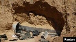 Bagian dari terowongan yang diledakkan oleh militer Israel, di perbatasan Israel-Gaza, terlihat di sisi Israel 14 Agustus 2014. (Foto: dok)