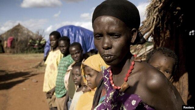 Karsi Tadicha dan anak-anaknya di depan rumah mereka di desa Bule Duba,Ethiopia. Pertumbuhan penduduk yang pesat dan kurangnya fasilitas kesehatan, menjadikan  layanan kesehatan via telepon terobosan yang tepat (foto:dok).