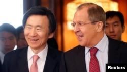 지난달 러시아를 방문한 윤병세 한국 외교장관(왼쪽)이 세르게이 라브로프 러시아 외무장관과 회담했다.