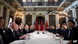 스티븐 므누신 미 재무장관을 비롯한 미국대표협상단과 류허 국무원 부총리가 이끄는 중국대표단이 21일 백악관 옆 아이젠하워 행정동 빌딩에서 고위급무역협상을 하고 있다.
