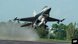 지난 2014년 9월 타이완 공군 소속 미국산 F-16 전투기가 연례 훈련의 일환으로 치아이의 통제된 고속도로에서 이륙하고 있다.