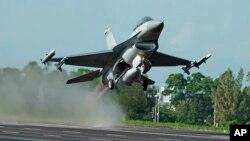 台灣的漢光軍事演習裡,美國製造的F-16戰鬥機從公路上起飛資料照。