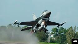 台湾的汉光军事演习里,美国制造的F-16战斗机从公路上起飞(2015年12月16日)