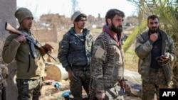 Para pejuang SDF (Pasukan Demokrat Suriah) yang didukung AS, memeriksa kamp sementara bagi anggota ISIS dan keluar mereka di kota Baghouz, Suriah timur laut, 9 Maret 2019. (Foto: dok).