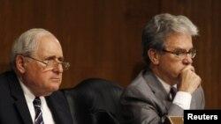 Thượng nghị sĩ đảng Cộng hòa Tom Coburn (phải) và Thượng nghị sĩ đảng Dân chủ Carl Levin