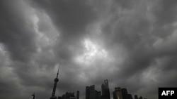Mây đen phủ trên bầu trời Thượng Hải trong khi bão Muifa hướng về tỉnh Triết Giang của Trung Quốc