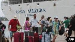 Пассажиры аварийного итальянского круизного лайнера в порту Сейшельских островов. 1 марта 2012 г.