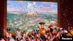رقص عروسکی در بخشی از مراسم شانگهای ديسنی در پودانگ ( چین) – ۱۹ فروردين ۱۳۹۰ (۸ آوريل ۲۰۱۱)