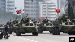 지난 2013년 7월 평양 김일성광장에서 열린 한국전 정전 60주년 기념 열병식에서 북한 장갑차 부대가 군사 행진을 하고 있다. (자료사진)