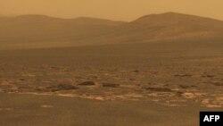 Một phần của núi lửa khổng lồ Endeavour được nhìn thấy từ chiếc Rover Opportunity