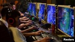 中国安徽省阜阳的一家网吧内年轻人在玩电子游戏。(2018年8月20日)