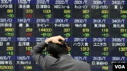 Harga-harga saham di bursa saham Tokyo anjlok pada hari pertama perdagangan pasca-bencana gempa dan tsunami, Senin (14/3).
