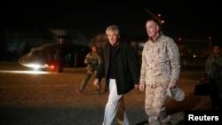 Menhan AS Chuck Hagel (kiri) disambut oleh panglima pasukan internasional di Afghanistan Jenderal Joseph Dunford saat tiba di Kabul (8/3).