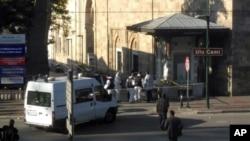 Petugas keamanan memeriksa lokasi serangan bunuh diri dekat masjid Ulu di Bursa, Turki barat laut Rabu (27/4).