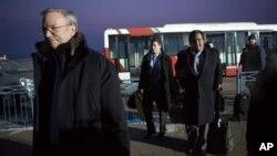7일 북한 평양의 순안 공항에 도착한 미국의 에릭 슈미트 구글 회장(왼쪽)과 빌 리처드슨 전 뉴멕시코 주지사(오른쪽).