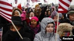 民眾揮舞著美國國旗,為美國的第44任總統歡呼
