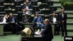 مسعود کرباسیان، وزیر اقتصاد و دارایی دولت روحانی در جلسه استیضاح